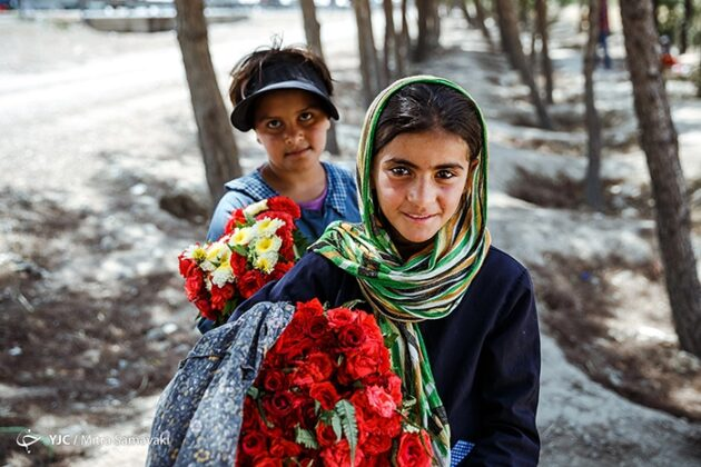 children- flowers_256