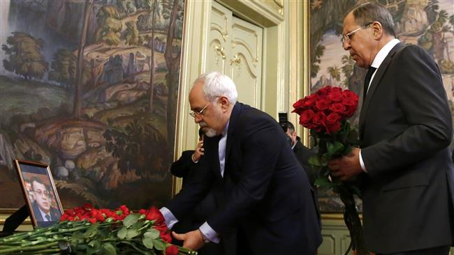 Iranian Foreign Minister Mohammad Javad Zarif (L) and his Russian counterpart, Sergei Lavrov, lay flowers in memory of the murdered Russian ambassador to Turkey, Andrey Karlov, in Moscow, Russia, on December 20, 2016. (Photo by Reuters)