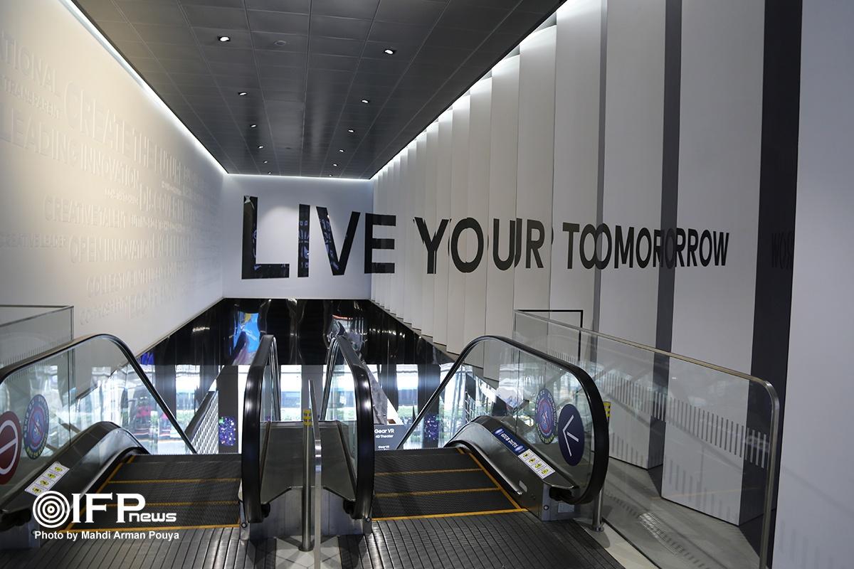 یکی از شعارها و سرمشق های مهم کمپانی سامسونگ در همه جا جمله «فردا را (امروز) زندگی کنید» است که در اینجا طوری طراحی شده تا هرقدر با پله بالاتر میروید، تکمیل شده و بیشتر پدیدار گردد.
