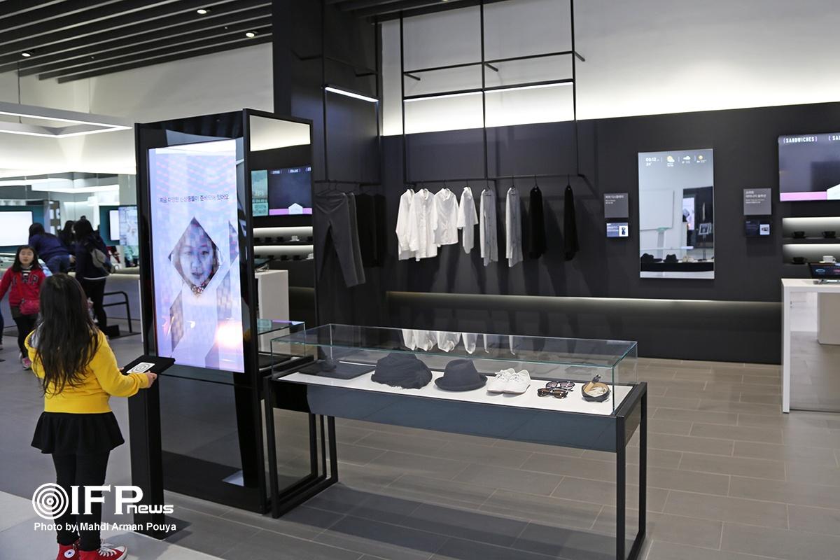 محصول تازه سامسونگ برای نسل جدید روشهای پرو لباس در فروشگاه / ابتدا تصویر شما اسکن می شود و سپس هر کدام از لباس های فروشگاه را که بخواهید می توانید با ارائه کد محصول ، آنرا در تن خود مشاهده کنید.
