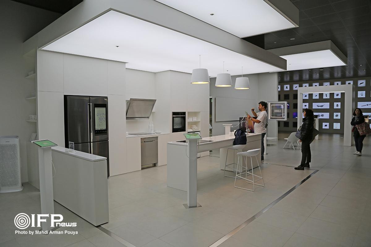 نمایش لوازم خانگی سامسونگ در دکوری شبیه به خانه که به شما این امکان را می دهد تا شکل قرارگیری این محصولات در خانه خود را تجسم کنید.