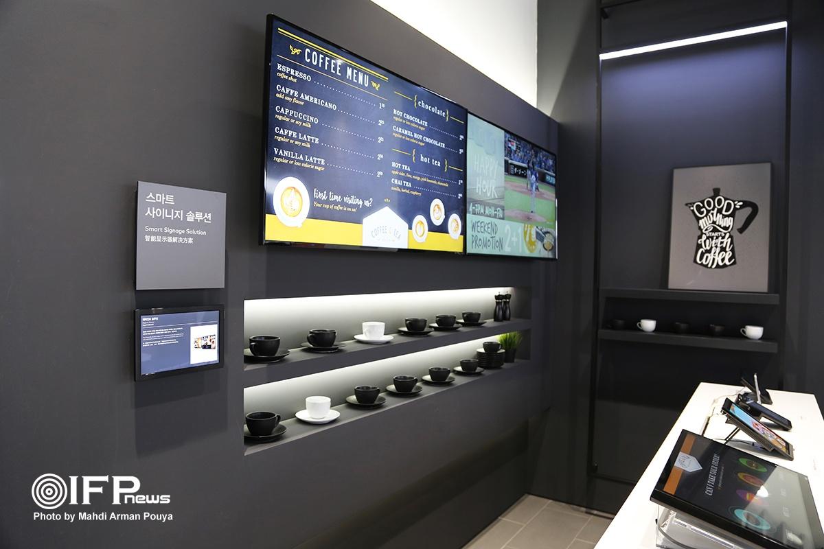 سفارش قهوه در کافی شاپ با استفاده از سیستم هوشمند سامسونگ / شما به کافی شاپ می روید و تمام مراحل انتخاب، سفارش و پرداخت خود را در مانیتور هوشمنر روی میزتان انجام می دهید.