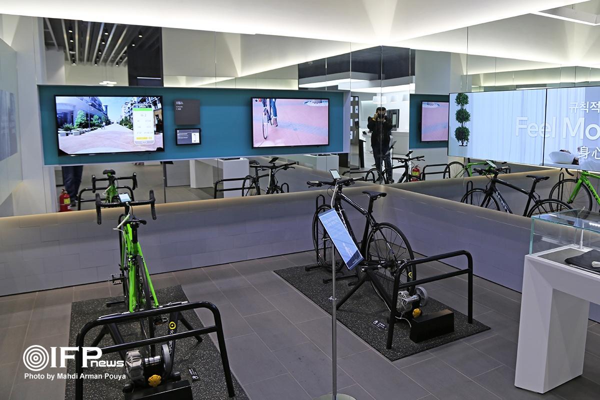 دوچرخه هایی که با اتصال به نرم افزار طراحی شده توسط سامسونگ، پس از سوار شدن و مدتی دوچرخه سواری مجازی در شهر، تمامی مؤلفه های سلامت فیزیکی بدن شما را اندازه گیری می کند.