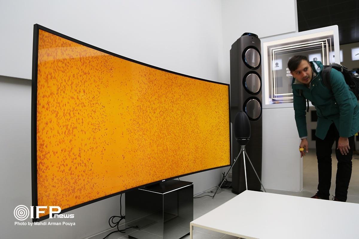 تلویزیون جدید سامسونگ با نمایشگر بسیار بزرگ مقعر و تکنولوژی انجام دستورات منو با اشاره دست.