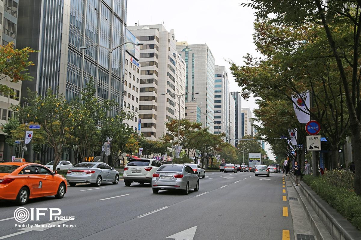 خیابان تهران یک مسیر دو طرفه شرق به غرب به طول 3.5 کیلومتر است که به سبب تجمع شرکتهای بزرگ تجهیزات الکترونیکی در آن، کره ای ها اصطلاحا به آن دهکده تهران میگویند( اقتباس یافته از نام انتخابی دهکده جهانی از سوی مک لوهان)