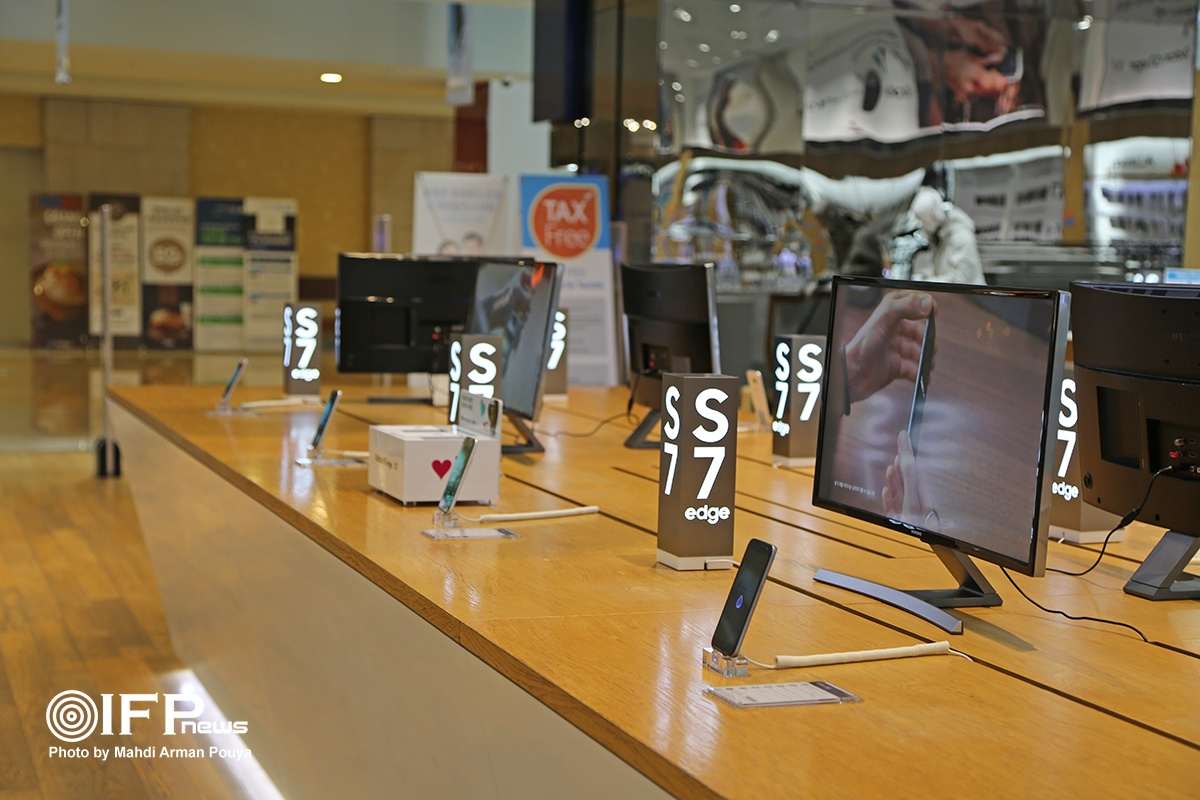 جای خالی Galaxy note 7 در محل معرفی تازه ترین گوشی های سامسونگ / شاید این تصویر مهمترین صحنه ای بود که نظر هر بازدید کننده ای را به خود جلب می کرد. شرکت سامسونگ در سری نوت 7 خود به دلیل بروز مشکلات فنی، ناچار به فراخوان هزاران دستگاه گوشی فروخته شده به مشتریان شد. پیشامدی که موج شدیدی از فشارها و مشکلات را برای سامسونگ رقم زد تا جایی که این سری گوشی حتی در نمایشگاه مرکزی این شرکت ارائه نشده و جای این محصول میان تمام تولیدات سامسونگ خالی است.
