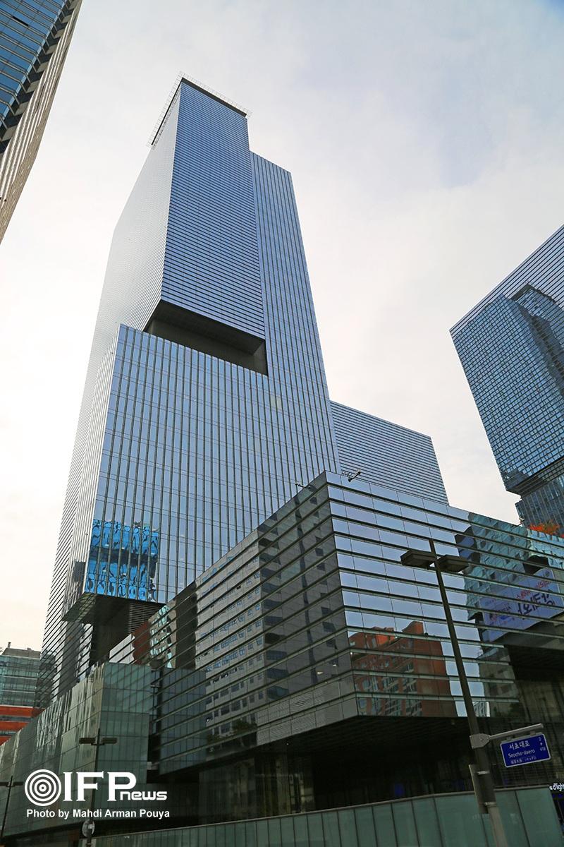 1-ساختمان اصلی شرکت سامسونگ در شهر سئول / نمونه یک طراحی مدرن از شرکت سرشناس آمریکایی KPF با 200 متر ارتفاع، جایی برای Samsung electronics، Samsung C&T، و Samsung life insurance سه کمپانی مهم زیرمجموعه هلدینگ سامسونگ است.