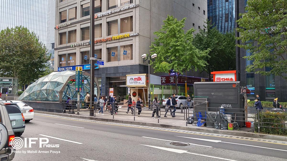 پله خروجی مترو در ایستگاه سامسونگ / در شهر سئول نام بسیاری از برندها بر روی ایستگاه های مترو مشاهده میشود. ایستگاه هایی که آن شرکت در روند ساخت و راه اندازیشان مشارکت اقتصادی داشته است.