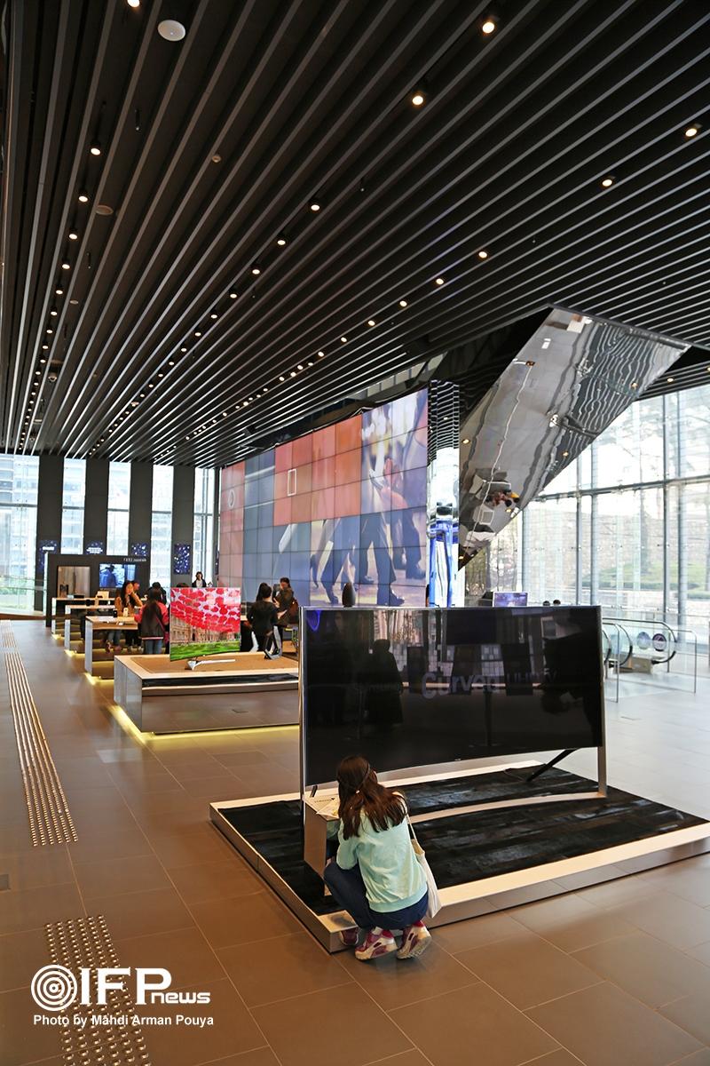 بخشی از فضای سالن نمایشگاه که در آن مشخصات تلویزیون های خانگی سامسونگ برای بازدیدکنندگان معرفی میشود.