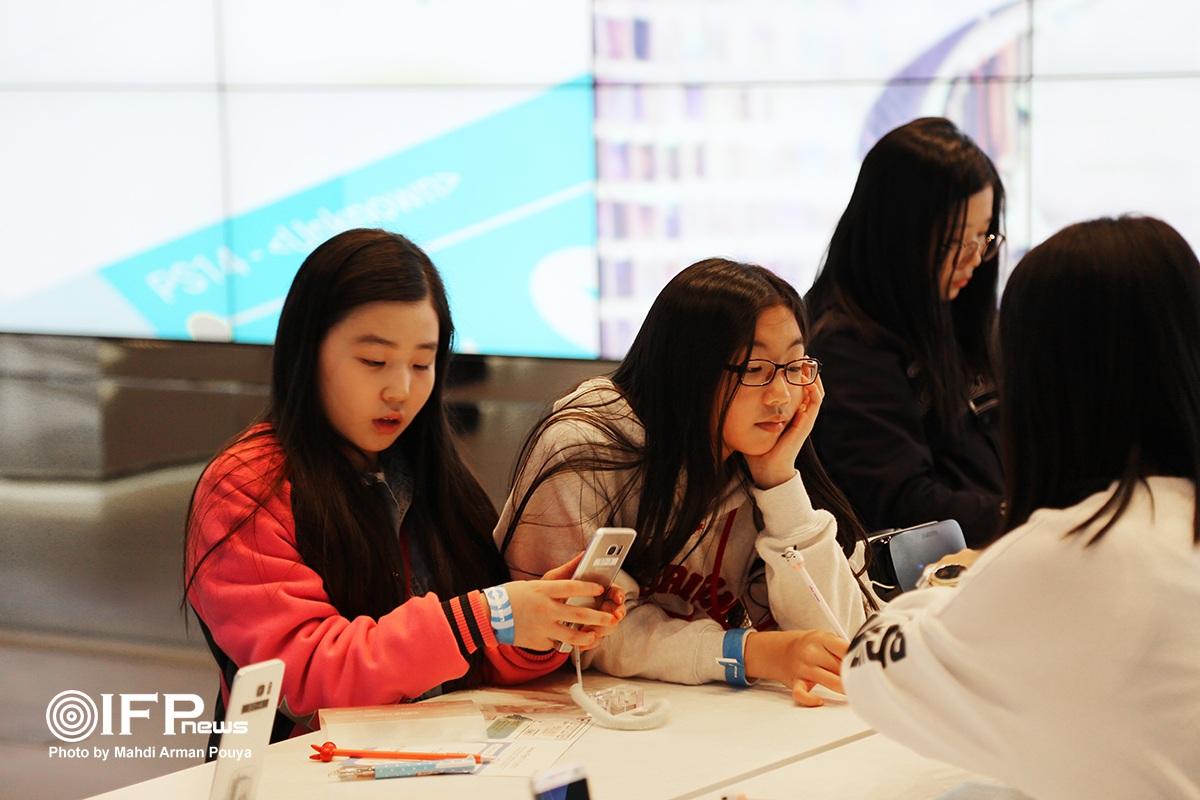 نوجوانانی که از یک مرکز آموزشی برای بازدید نمایشگاه آمده اند / آموزش به نسل های جدید از مهمترین سیاست های کشور کره جنوبی است. در همه جا حضور پررنگ کودکان و نوجوانان در موزه ها و مراکز فرهنگی به چشم میخورد.