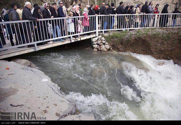 """سياح عيد النوروز في """"طاق بستان"""" الاثري بكرمانشاه الايرانية"""