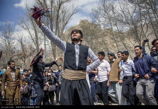 """سياح عيد النوروز في """"طاق بستان"""" الاثري بكرمانشاه الايرانية-99"""