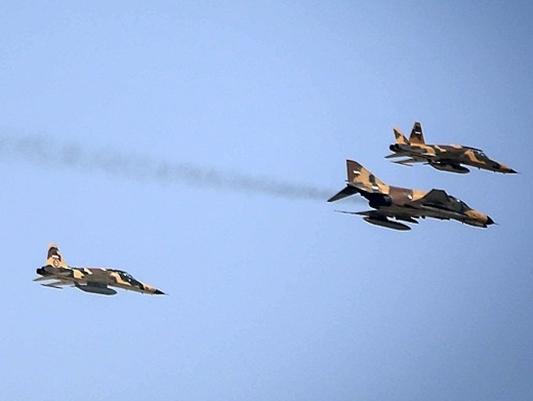 يوم الجيش الايراني .. تحليق عشرات المقاتلات والقاذفات في سماء طهران