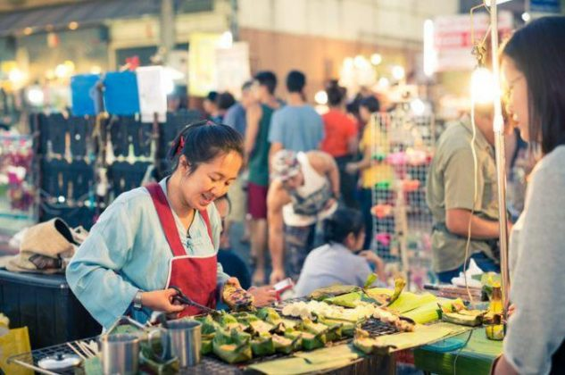 خانم فروشنده تایلندی