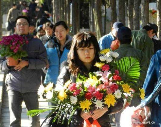 بردن دسته گل برروی قبرها در چین