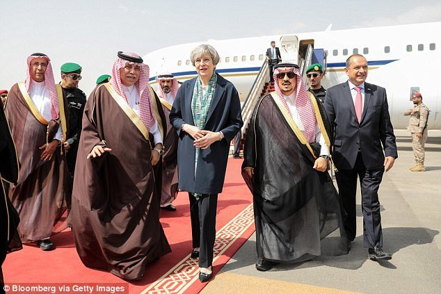 تريزا ماي تسير دون حجاب في السعودية