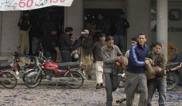 عشرات الشهداء والجرحى في تفجير استهدف مسجدا بباكستان