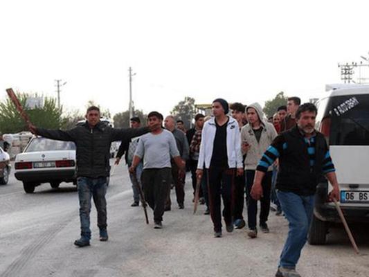 اهالي ازمير يهاجمون اللاجئين السوريين بالسلاح الأبيض