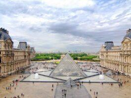 en-louvre_museum_courtyard