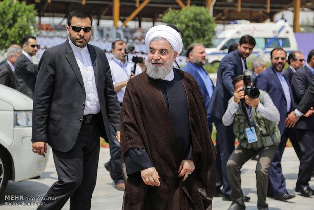 الرئيس الايراني يتفقد المناطق التي ضربتها السيول