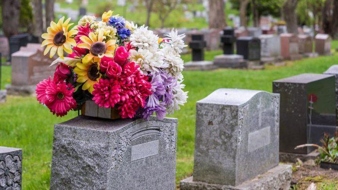 گلفروشی که گلهایش را از قبرستان میدزدید!