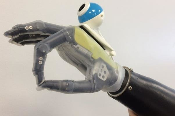 عالمة إيرانية تصنع يد اصطناعية مزودة بالكاميرا