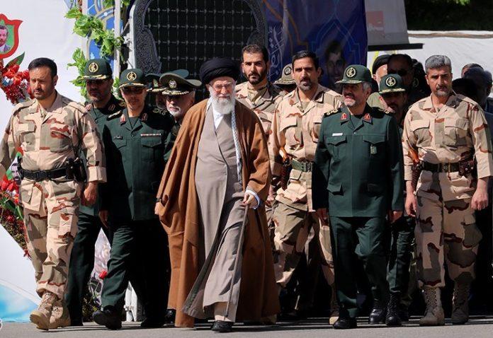 القائد خامنئي يحضر تخريج دفعة من ضباط جامعة الامام الحسين(ع)