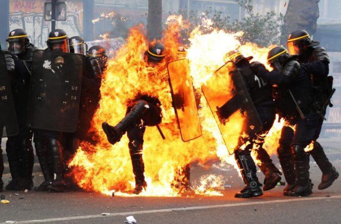 تظاهرات کارگران فرانسوی، پاریس را به آتش کشید