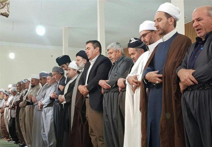 المرشح رئيسي يقيم الصلاة مع عدد من علماء أهل السنة بكردستان