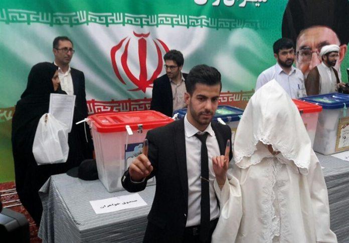 العرس الانتخابي .. عريسان ايرانيان يدليان بصوتهما