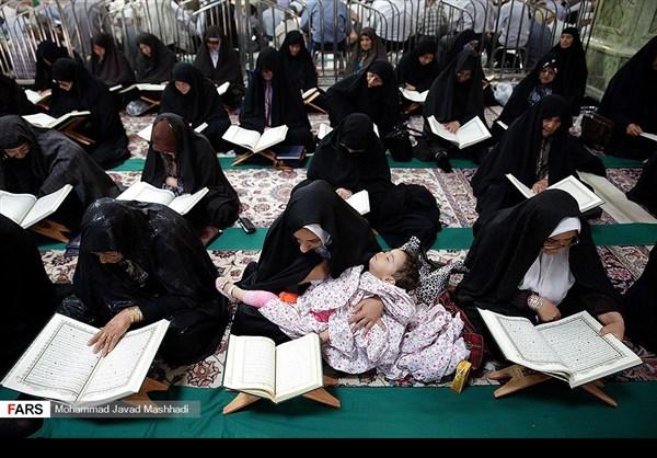 تلاوة القرآن الكريم في رمضان عند مرقد الإمام الرضا (ع)1