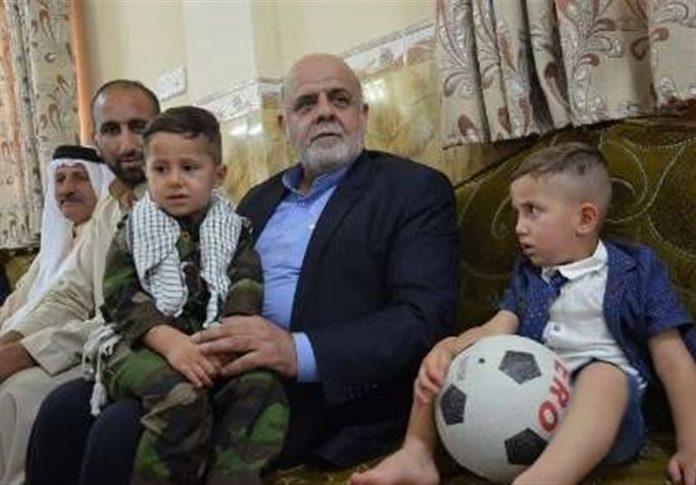 سفیر ایران لدى بغداد يزور عائلة شهيد عراقي