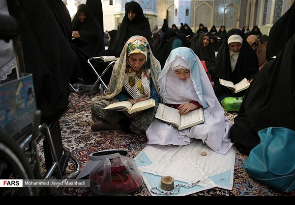 تلاوة القرآن الكريم في رمضان عند مرقد الإمام الرضا (ع)4