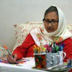 مواطنة ايرانية تدخل عالم الرسم في عقدها الثامن
