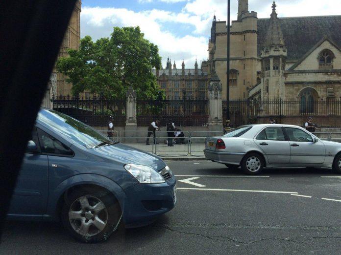 هراس پلیس انگلیس از مرد چاقو بدست/ درهای پارلمان قفل شد