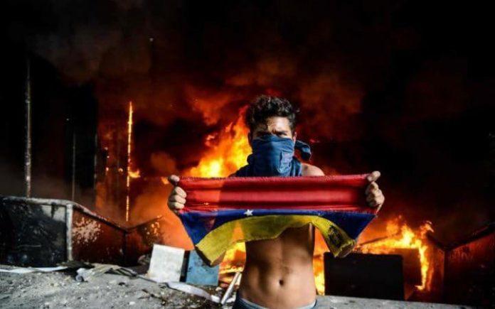 مخالفان دولت، دیوان عالی ونزوئلا را به آتش کشیدند