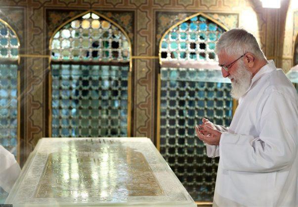 """القائد الخامنئي يشارك في """"ازالة الغبار"""" عن ضريح الإمام الرضا 1"""