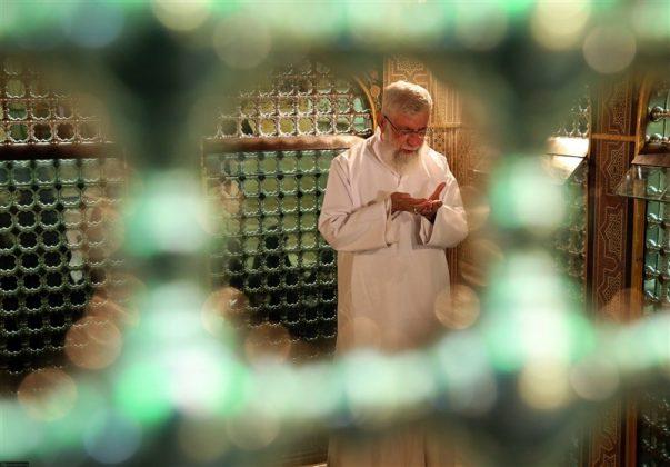 """القائد الخامنئي يشارك في """"ازالة الغبار"""" عن ضريح الإمام الرضا 2"""