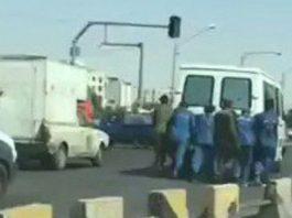 سجناء إيرانيون يدفعون سيارة تقلهم للسجن بعد حدوث عطل فيها