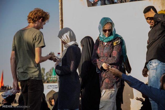 السياح الأجانب في مدينة يزد يحضرون مراسم العزاء الحسينية 1