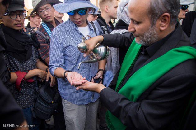السياح الأجانب في مدينة يزد يحضرون مراسم العزاء الحسينية 10