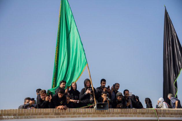 السياح الأجانب في مدينة يزد يحضرون مراسم العزاء الحسينية 11