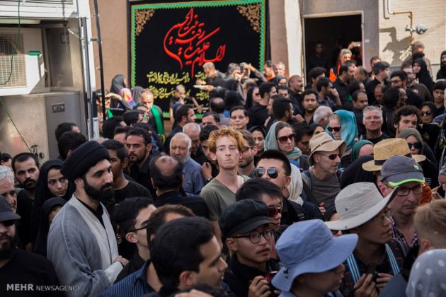 السياح الأجانب في مدينة يزد يحضرون مراسم العزاء الحسينية 12