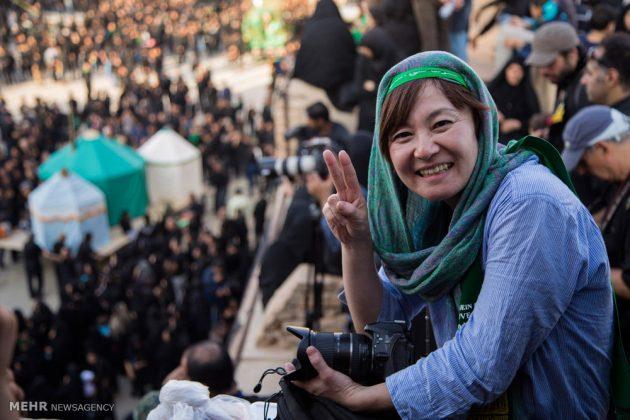 السياح الأجانب في مدينة يزد يحضرون مراسم العزاء الحسينية 2