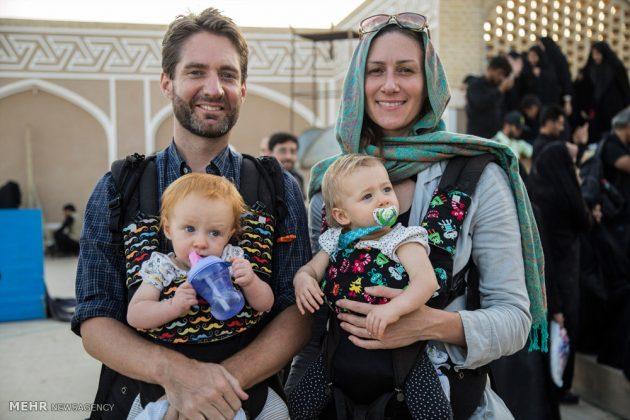 السياح الأجانب في مدينة يزد يحضرون مراسم العزاء الحسينية 3