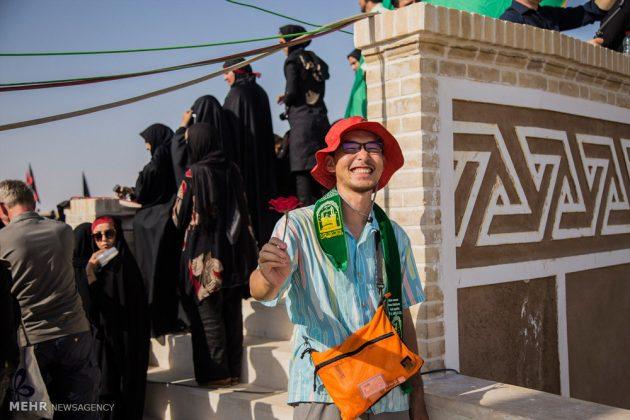 السياح الأجانب في مدينة يزد يحضرون مراسم العزاء الحسينية 4