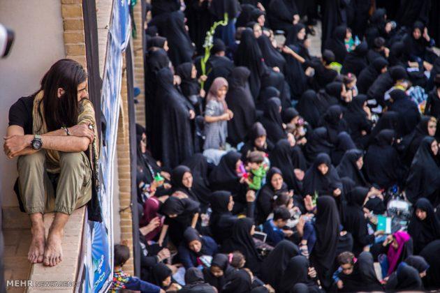 السياح الأجانب في مدينة يزد يحضرون مراسم العزاء الحسينية 5