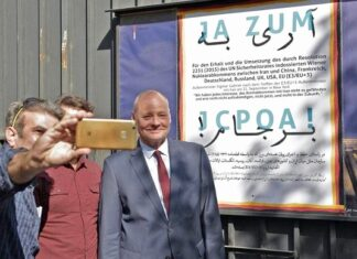 """German Ambassador to Tehran Poses with """"Yes to JCPOA"""" Poster"""