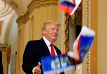 معترض آمریکایی پرچم روسیه را به سمت ترامپ پرتاب کرد!6