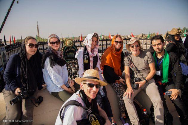 السياح الأجانب في مدينة يزد يحضرون مراسم العزاء الحسينية 6